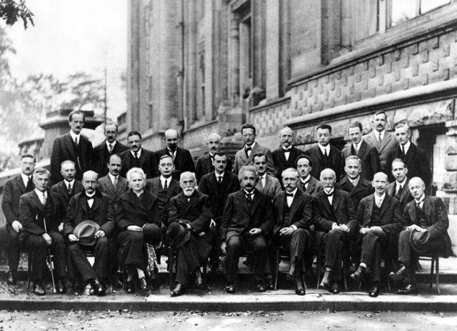 Conferencia Solvay de físicos en 1927. Aparecen Albert Einstein, Neils Bohr, Planck, Marie Curie, entre otros
