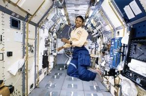 La astronauta Jemison a bordo de la Estación Espacial Internacional /Fuente: NASA.