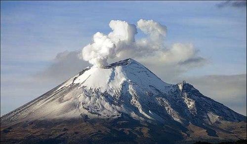 Crácter del volcán Popocatépetl en México