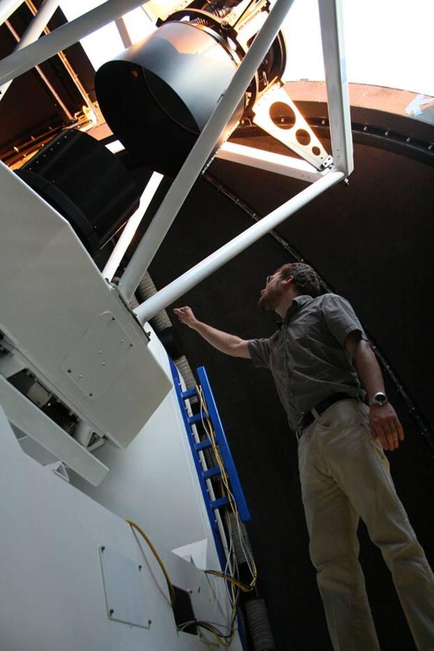El astrónomo Stefan Keller con el telescopio SkyMapper